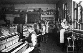 Старое фото фабрики Petrof
